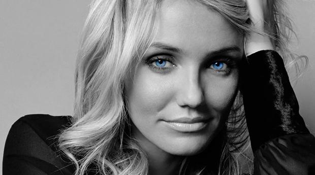 Svartvit bild med blå ögon